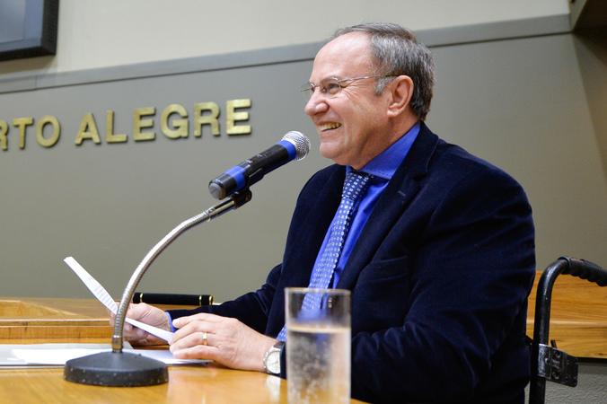 Sessão Solene de Outorga do diploma de Honra ao Mérito à Fundação CEEE de Seguridade Social Eletroceee. Na foto, ao microfone, o vereador Paulo Brum.