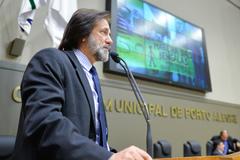 Movimentações de plenário. Na foto, na tribuna, o vereador Aldacir Oliboni.