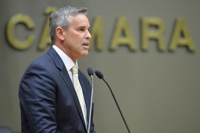 Movimentações de plenário. Na foto, na tribuna, o vereador Mauro Pinheiro.