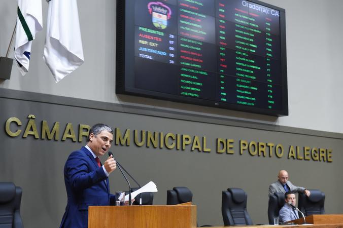 Movimentações de plenário. Na foto, na tribuna, o vereador Cássio Trogildo.