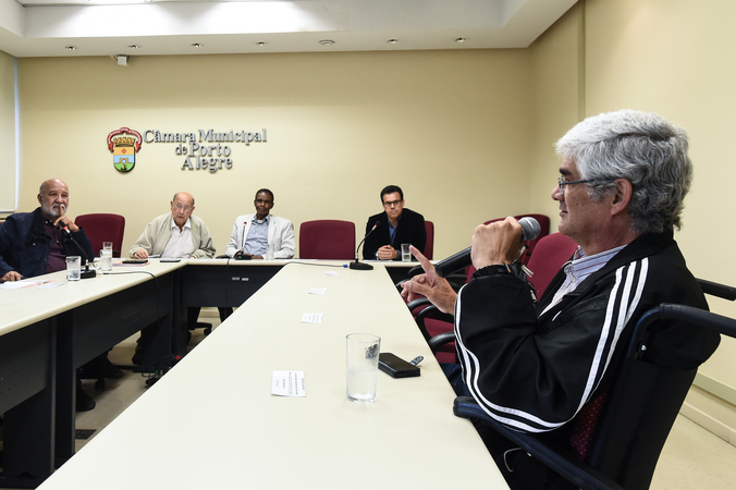 Reunião sobre política de ações culturais para as Pessoas idosas em Porto Alegre. Ao microfone, representante do  Conselho Municipal dos Direitos da Pessoa com Deficiência