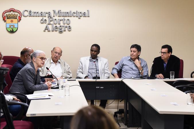 Reunião sobre política de ações culturais para as Pessoas idosas em Porto Alegre. Vereadores na mesa: Reginaldo Pujol, Tarciso Flecha Negra, Cassiá Carpes e Alvoni Medina