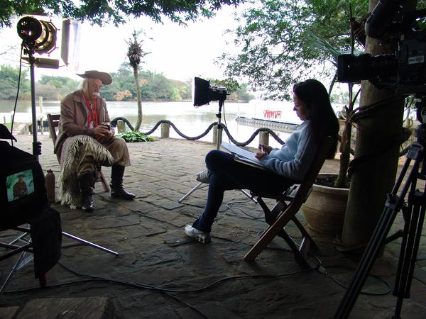 Paixão Côrtes nos bastidores da filmagem, com a diretora Luzimar Stricher