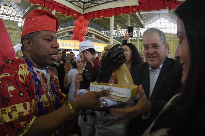 Comemorações dos 149 anos do Mercado Público. Na foto: presidente da CMPA, vereador Idenir Cechin e Pai Paulimho