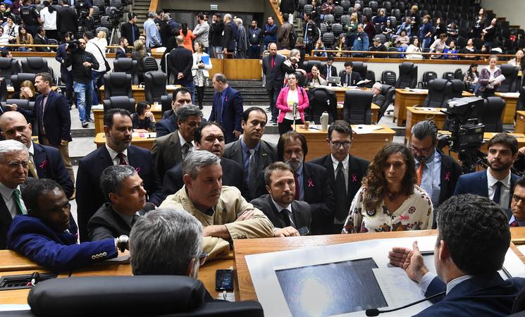 Movimentação de plenário. Presidente e lideranças.