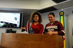 Plenária do Estudante. Na foto, as alunas Milena Machado e Lucyelen Gomes.