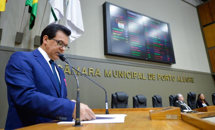 Período de Comunicações em homenagem ao Dia do Idoso. Na foto, na tribuna, o vereador Alvoni Medina.