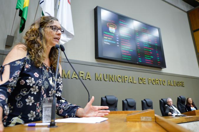 Período de Comunicações em homenagem ao Dia do Idoso. Na foto, na tribuna, a vereadora Sofia Cavedon.