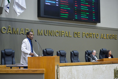 Período de Comunicações em homenagem ao Dia do Idoso. Na foto, na tribuna, o vereador Tarciso Flecha Negra.