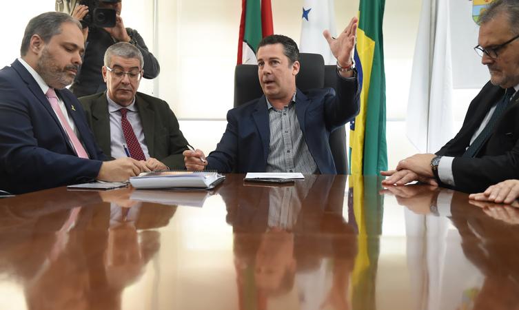 Reunidos no Salão Nobre Vereador Dilamar Machado, o secretário municipal da Fazenda, Leonardo Busatto, o vice-prefeito Gustavo Paim e o presidente da Câmara Municipal, Valter Nagelstein.