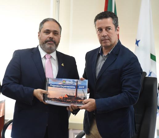 Reunidos no Salão Nobre Vereador Dilamar Machado, o vice-prefeito Gustavo Paim e o presidente da Câmara Municipal, Valter Nagelstein.