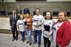 Homenagem  à Escola Municipal de Ensino Fundamental Vereador Carlos Pessoa de Brum, pelo transcurso de seu 30º aniversário. Na foto, professores e funcionária recebem placas da direção da escola.