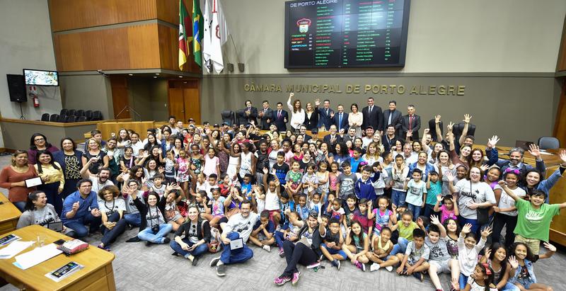 Homenagem  à Escola Municipal de Ensino Fundamental Vereador Carlos Pessoa de Brum, pelo transcurso de seu 30º aniversário. Na foto, alunos, funcionários  professores da escola com vereadores