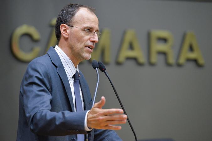 Movimentações de plenário. Na foto, o vereador Marcelo Sgarbossa entrega os adesivos para carro com a indicação da distância adequade entre automóvel e ciclista.