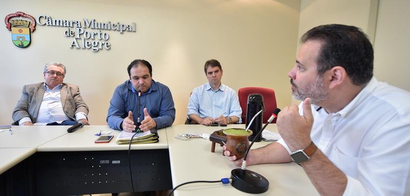 Reunião da Comissão de Constituição e Justiça. Na foto, os vereadores Adeli Sell, Dr. Thiago, Márcio Bins Ely e Ricardo Gomes.