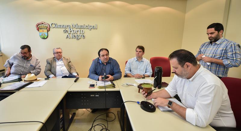 Reunião da Comissão de Constituição e Justiça. Na foto, os vereadores Claudio Janta, Adeli Sell, Dr. Thiago, Márcio Bins Ely e Ricardo Gomes.