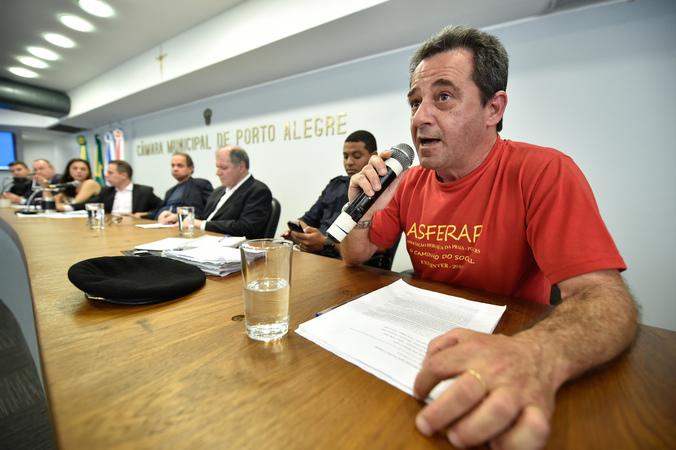 Reunião sobre a retirada dos vendedores ambulantes das ruas do Centro Histórico de Porto Alegre. Na foto, Juliano Fripp.