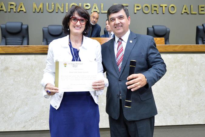 Homenagem ao Dia do Funcionário Público. Na foto, o vereador José Freitas e Maria Isabel Balado Gamallo