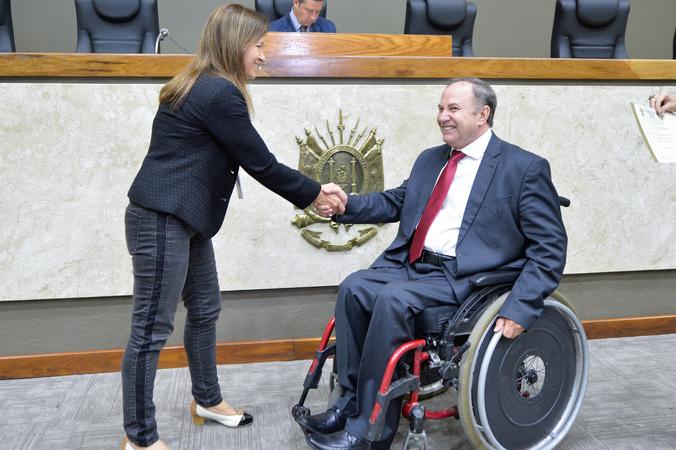 Homenagem ao Dia do Funcionário Público. Na foto, o vereador Paulo Brum e Vera Pivetta.