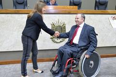 Servidora Vera Pivetta e o vereador Paulo Brum, durante a homenagem feita na tarde desta segunda-feira