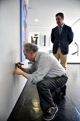 Valter Nagelstein, junto com a comissão organizadora do Salão de Artes da Câmara Municipal, acompanham a assinatura de Carlos Carrion de Britto Velho (Britto Velho) em sua obra.