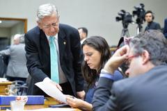 Vereador Nedel (em pé) conversa com a vereadora Fernanda Melchionna na sessão desta segunda-feira