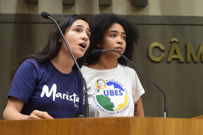 Reunião cojunta de CECE e CEDECONDH sobre manifestações político-partidárias nas escolas privadas de Porto Alegre. Na foto, estudantes manifestam-se na tribuna.