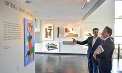 Nagelstein levou Takashi (d) para visitar o Salão de Artes