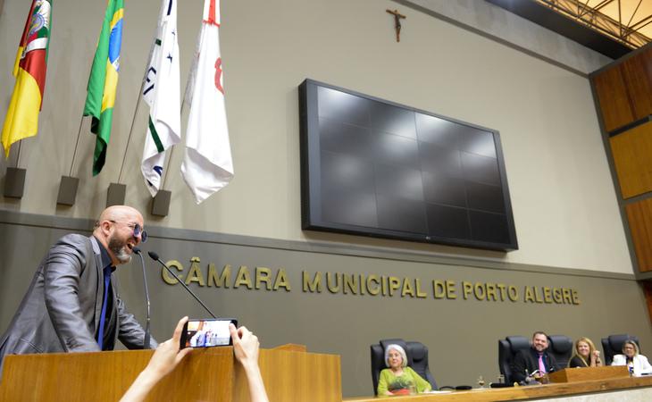 Sessão Solene de outorga do título de cidadão de Porto Alegre ao jornalista, escritor e poeta Fabrício Carpi Nejar. Na foto, o homenageado.