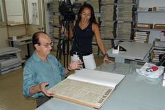 O escritor e jornalista nos bastidores do documentário, com Luzimar Stricher