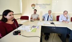 Educação Fiscal no exercício da Cidadania.  Perspectivas e propostas de agentes municipais. Ao microfone, Nami Picetti, do Observatório Social.