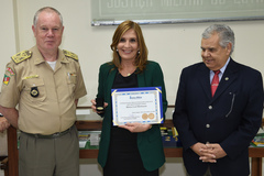 Presidente em exercício da Câmara, vereadora Mônica Leal (PP), recebeu distinção pelo apoio à instituição militar