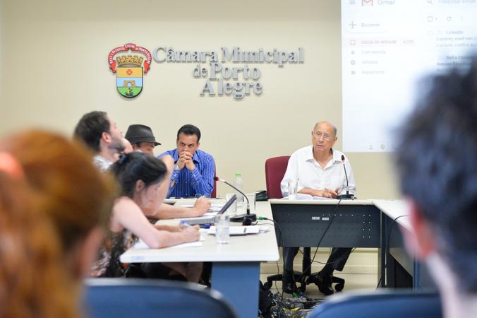 Reunião sobre a lei que regulamenta instalação e funcionamento de circos em Porto Alegre.