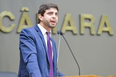 Vereador Felipe Camozzato na tribuna do Plenário Otávio Rocha