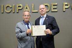 Luiz Fernando Lorenzi (d) recebe diploma em homenagem à Receita, entregue pelo vereador Airto Ferronato