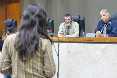 Argolo (e) e Barros (d) acompanharam manifestações de vereadores e vereadoras após falarem ao plenário