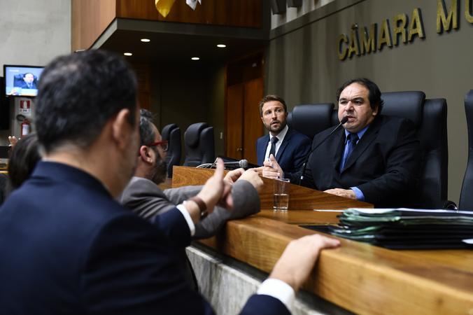 Reunião conjunta das comissões. Na foto, vereador Dr. Thiago presidindo a reunião.