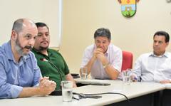 Reunião sobre as providências a respeito do carnaval do Complexo Cultural do Porto Seco. Na foto, ao microfone, o jornalista André Machado.