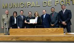 Wendt e Mônica exibem diploma conferido pela Câmara à Polícia Civil