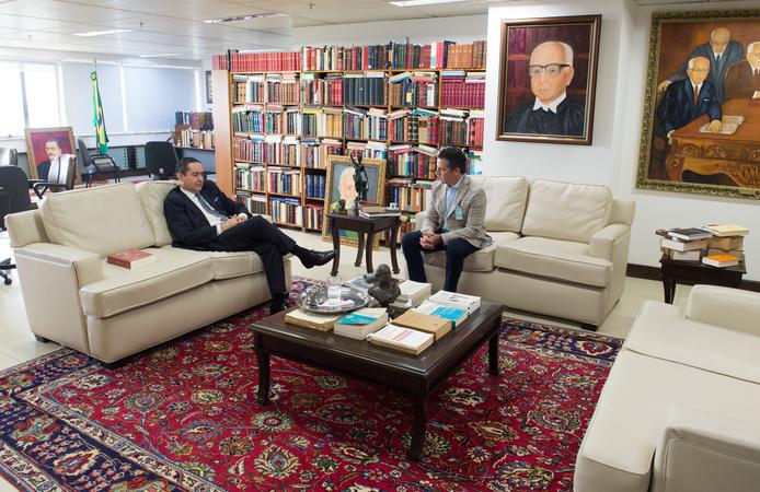 Visita ao TFR4. Na foto, o presidente Valter Nagelstein e o desembargador Thompson Flores.