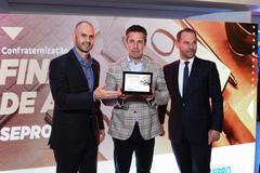 Valter Nagelstein recebeu placa entregue por Diogo Rossato (e)
