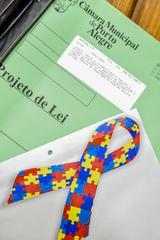 Autismo tem como símbolo fita colorida formada por peças de quebra-cabeças