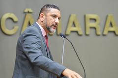 Vereador Conceição na tribuna do Plenário Otávio Rocha