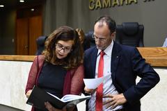 Movimentações de plenário. Vereadora Sofia Cavedon e vereador Marcelo Sgarbossa