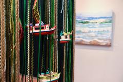 Barcos, fitas e cordas compõem uma das obras exibidas