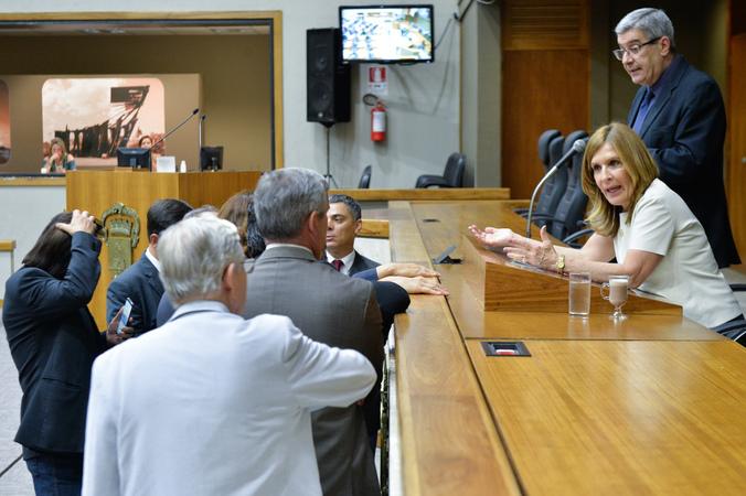 Movimentações de plenário. Líderes reunidos junto à mesa.
