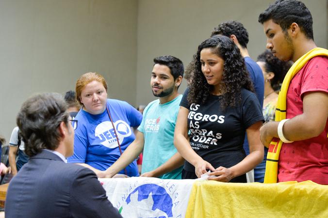 Movimentações de plenário. Na foto, o vereador Professor Alex Fraga conversa com os estudantes.