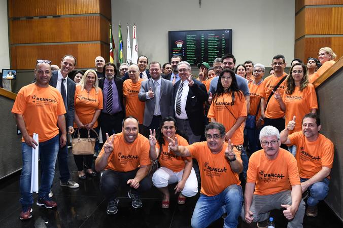 Vereador André Carús comemora aprovação de projeto.