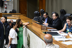 O vereador Dr. Thiago (no centro da mesa), presidente da CCJ, coordenou os trabalhos