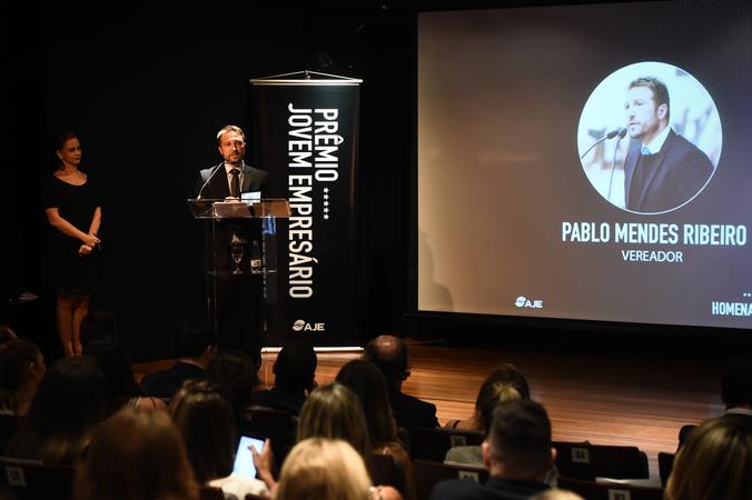 Presidente Valter Nagelstein participa da 1ª Edição Prêmio Jovem Empresário AJE-POA e recebe homenagem. Na foto, o vereador Mendes Ribeiro também sendo homenageado